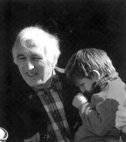 Jean Vanier, con un chico acogidoen una de sus comunidades
