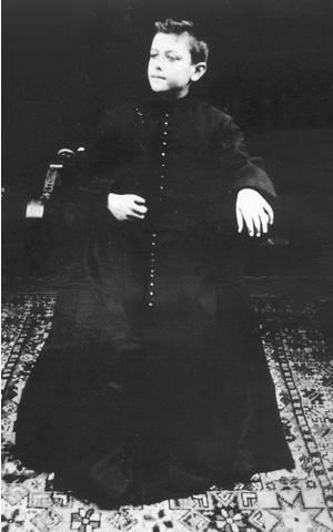 Bernanos, a los 9 años, en una representación teatral