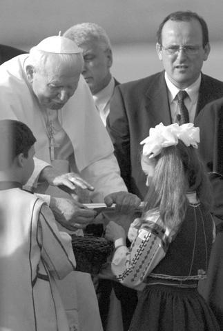 El Papa bendice a los niños durante la ceremonia de bienvenida en el aeropuerto de Sofía, en Bulgaría