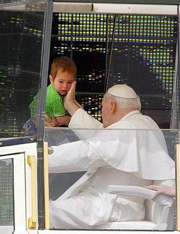 El Papa Juan Pablo II acaricia la cara de un niño búlgaro en la plaza Alexander Nevski, en Sofía