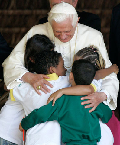 El Papa, con niños, en la Hacienda de la Esperanza (Brasil)