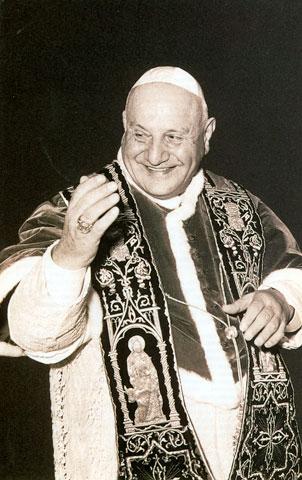 El Papa Juan XXIII,en uno de sus habituales gestos de saludo