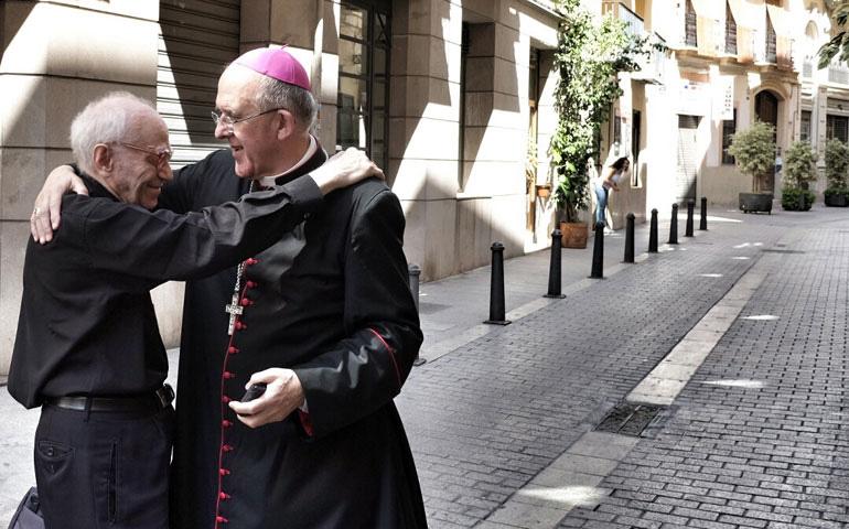 Don Carlos abraza a un sacerdote en una calle de Valencia, tras su nombramiento como arzobispo de Madrid