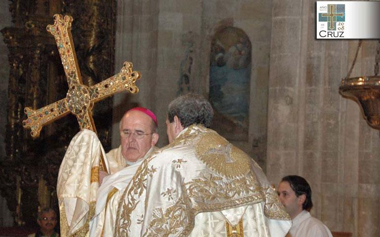 Don Carlos, en el Año Santo de la Cruz, porta la Cruz de la Victoria de Oviedo