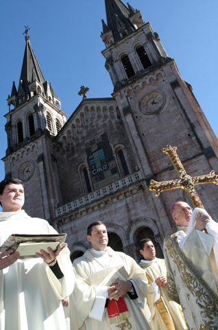 2002: el nuevo arzobispo de Oviedo, abrazado a la cruz