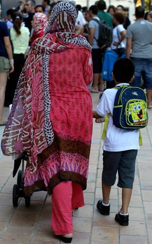 Nadia lleva a su hijo al colegio