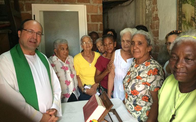 Manuel Barrios en una casa-misión en Santiago. Foto: Archivo personal de Manuel Barrios
