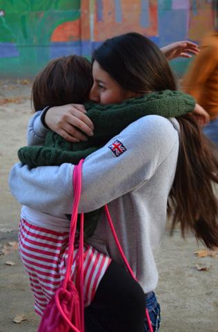 Los niños corren a abrazar a sus monitores. Foto: María Pazos Carretero