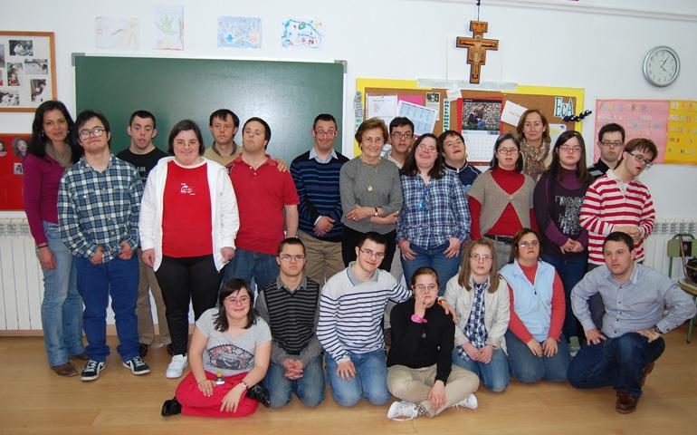 María Victoria Troncoso, en el centro, con los brazos cruzados, con uno de sus grupos de catequesis. Foto: Fundación Síndrome de Down de Cantabria