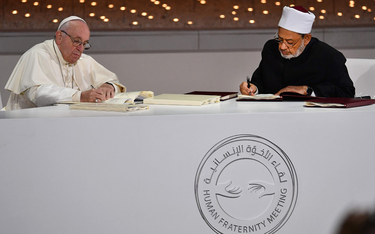 Firma documento de Abu Dhabi