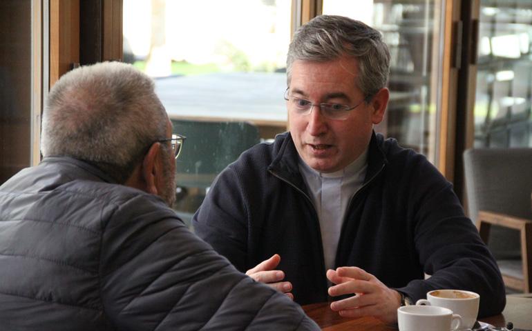 El sacerdote Fernando Prado conversa con Cándido Méndez