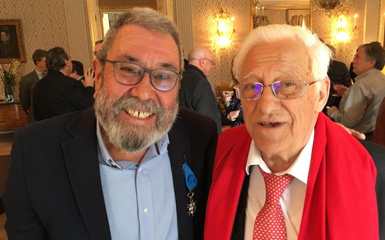Cándido Méndez y el padre Ángel, en la embajada de Francia en Madrid, en 2016