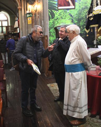 Cándido Méndez y Fernando Prado, junto al padre Joaquín Bohoyo, en la iglesia de San Antón de Madrid