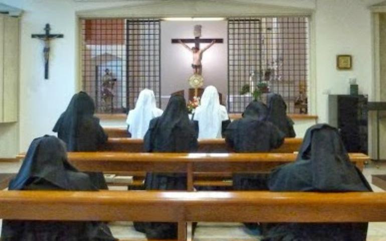 Religiosas en adoración