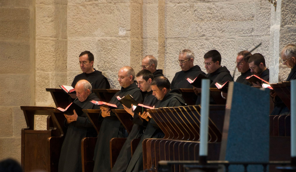 Un momento de la oración de los monjes de Silos