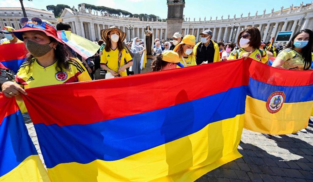 Fieles de Colombia en la plaza de San Pedro