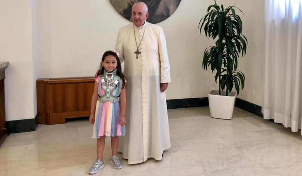 Papa con la niña herida por la mafia