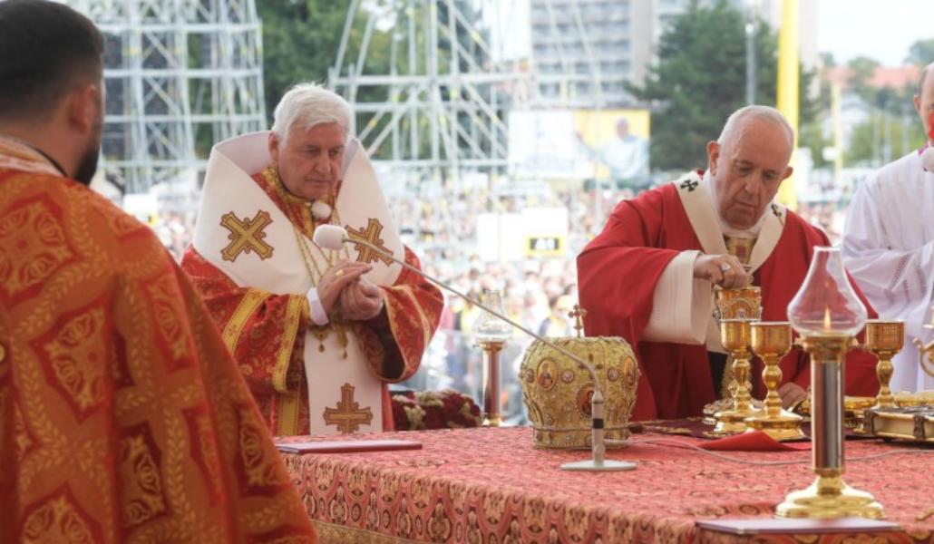 Un arzobispo que concelebró con el Papa en Eslovaquia, positivo en COVID-19  - Alfa y Omega
